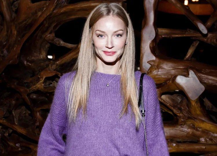 Образ дня: Светлана Ходченкова вышла в свет в кожаной юбке и вязаном свитере