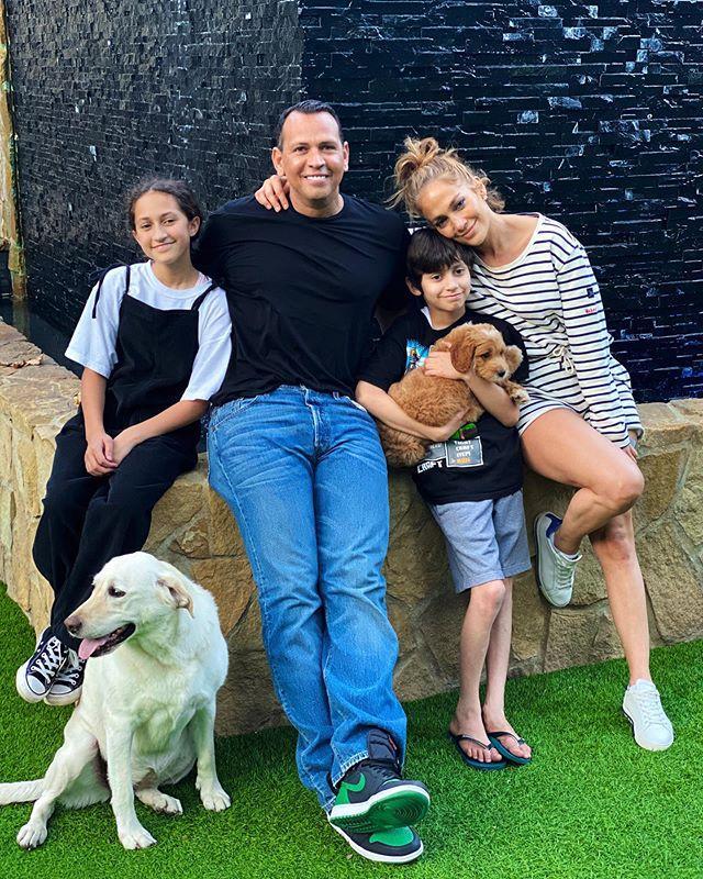 Как с обложи журнала! Дженнифер Лопес сияет счастьем на редком семейном фото