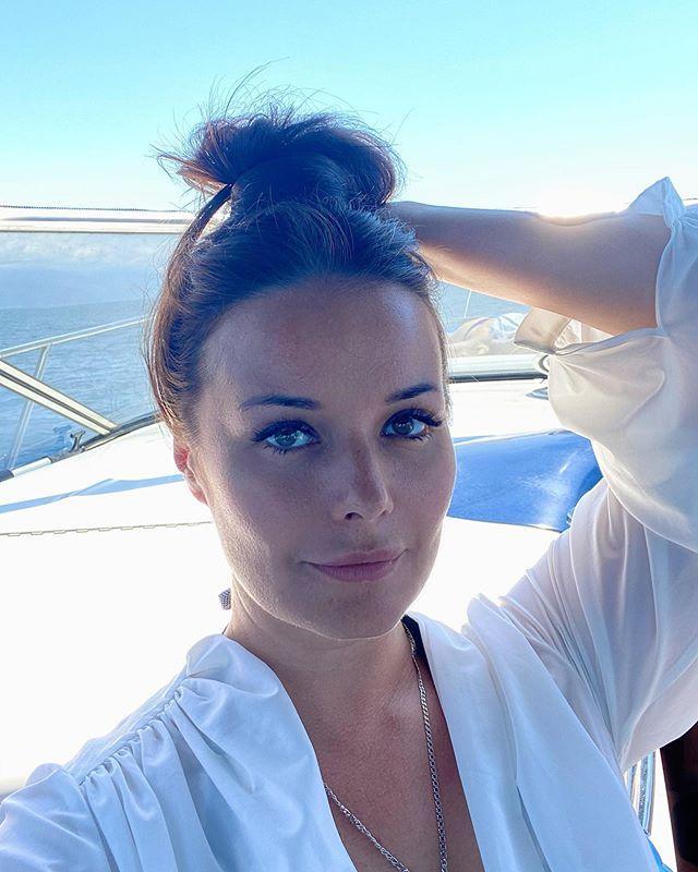 Владычица морская! Оксана Федорова похвасталась длинными ногами в полупрозрачном платье