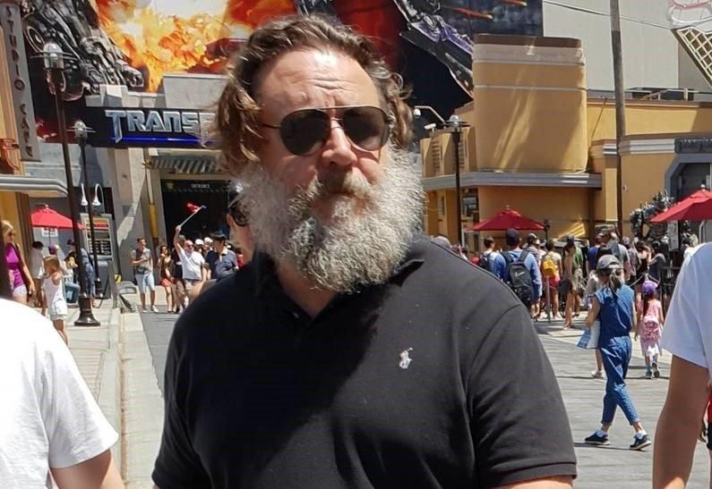 «Гладиатором и не пахнет»: Рассел Кроу напомнил обывателям Санта-Клауса