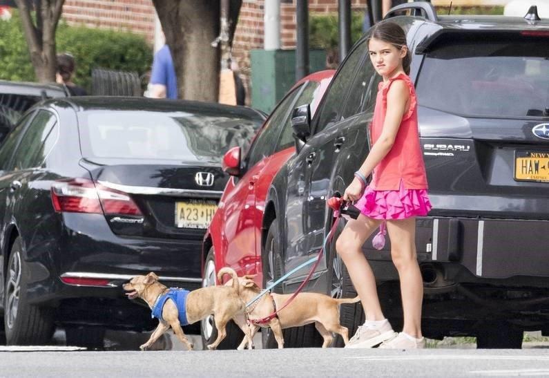 Том Круз и Кэти Холмс разрешили 12-летней дочке самостоятельные прогулки