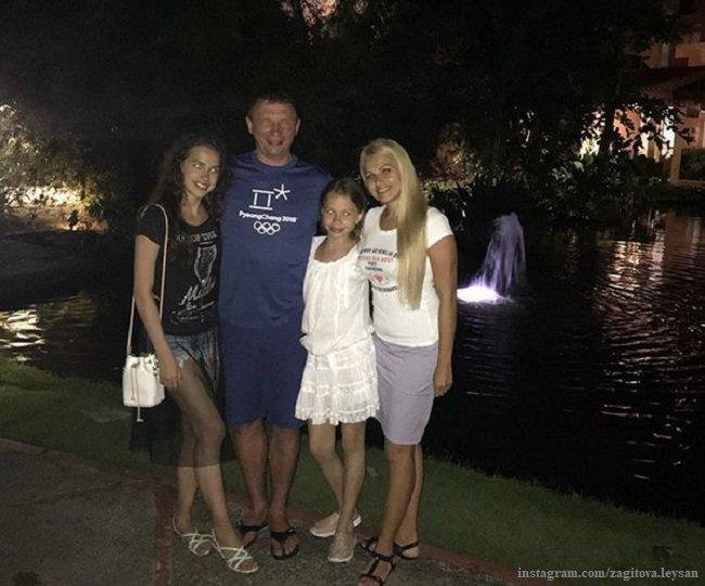 Алина Загитова с семьей