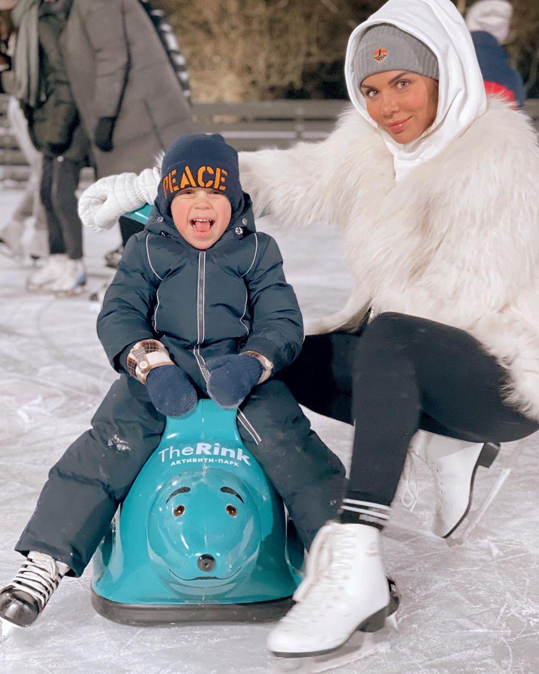 Анна Седокова похвасталась подросшим сыном, читающим стихи под новогодней елкой