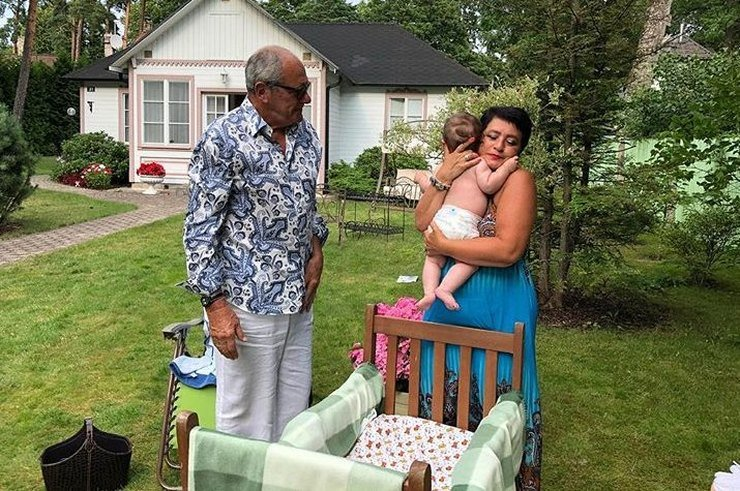 «Комары закусают и мухи»: фанаты переживают за дочь 78-летнего Эммануила Виторгана