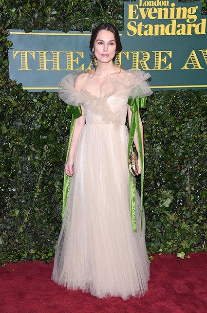 «Просто сливается с платьем»: образ Киры Найтли признали неудачным