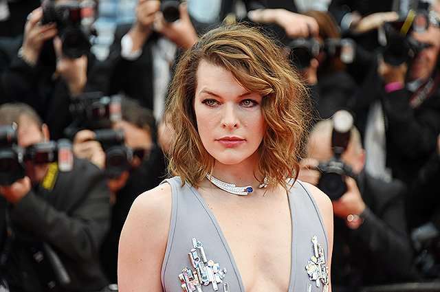Милла Йовович сверкнула грудью на премьере фильма «Пылающий»
