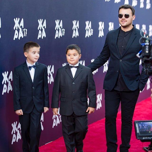 «Уровень нежности зашкаливает»: Эмин опубликовал архивное фото с сыновьями