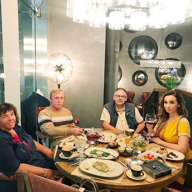 """""""В нашей семье культ еды"""": Анфиса Чехова ужинает с мамой"""