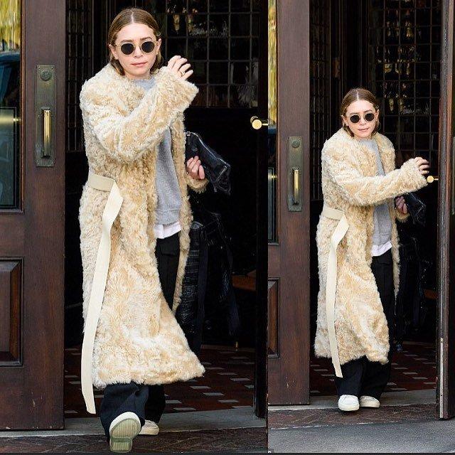 «А голову мыть не пробовала?»: Мэри-Кейт Олсен разгуливает по Нью-Йорку в плюшевом пальто