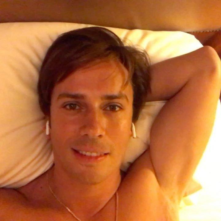 «Главное, что подмышки побриты!»: Максим Галкин поет в постели для жены
