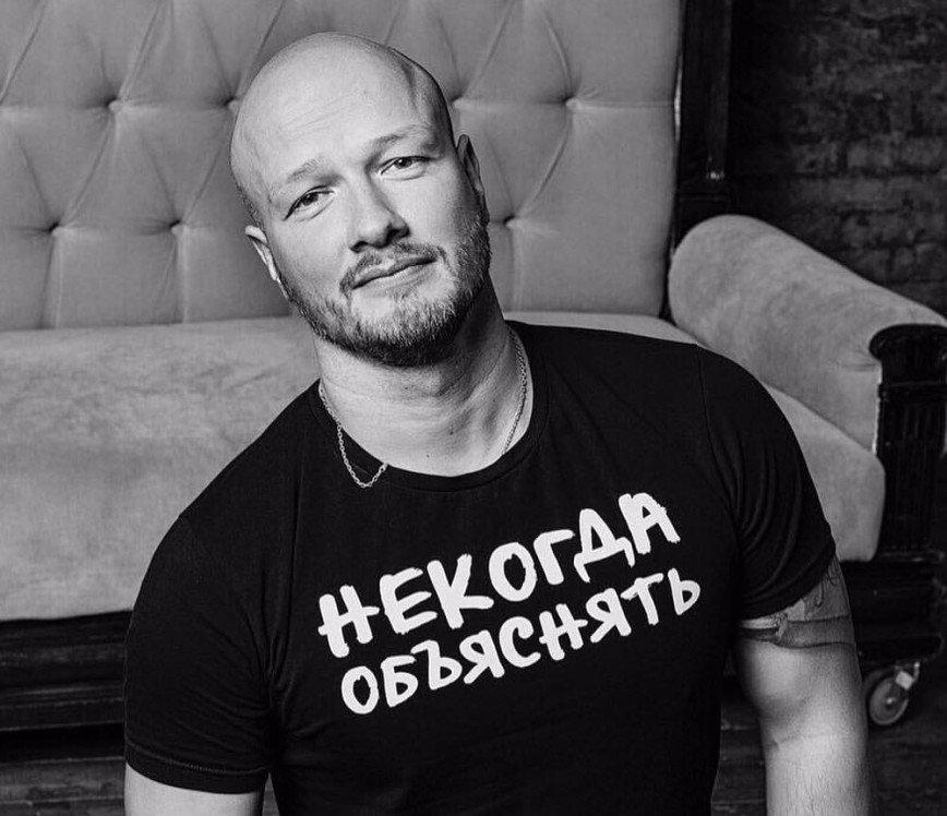 Никита Панфилов по ошибке разбил лобовое стекло дорогого автомобиля