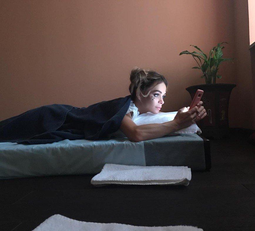 «Руки, как у мужика!»: Анна Хилькевич не расстается с телефоном даже на массаже