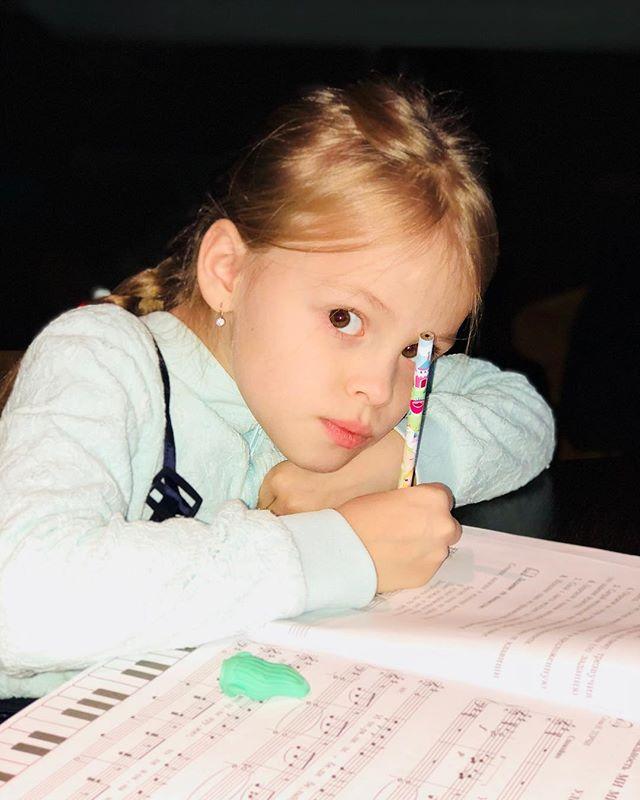 «Сфальшивила»: Виталий Гогунский поделился забавным видео с дочерью