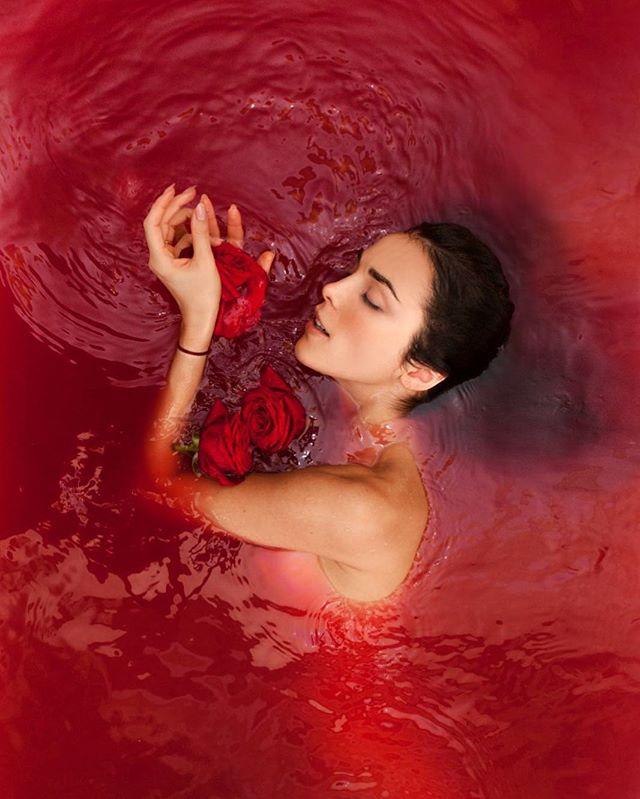 Фото Сати Казановой в красной воде назвали жутковатым