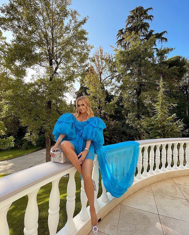 Яна Рудковская в голубом мини удивила поклонников бесконечными ногами