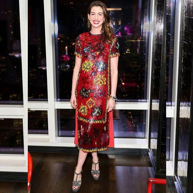 «Красный - ее цвет»: Энн Хэтэуэй покорила всех алым платьем на вечеринке Valentino