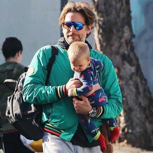«Такое чувство, что это он ее рожал»: Брэдли Купер с дочкой на прогулке