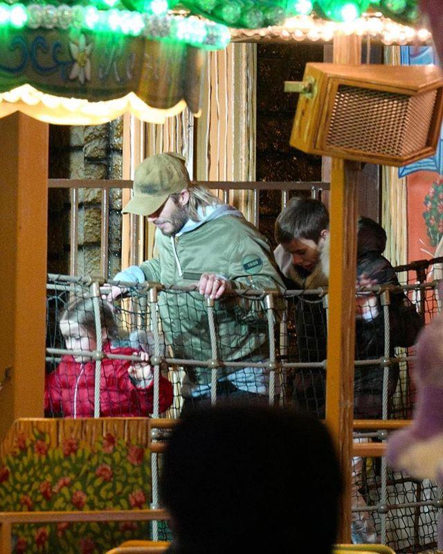 Дэвид Бекхэм провел время на Рождественской ярмарке в компании детей