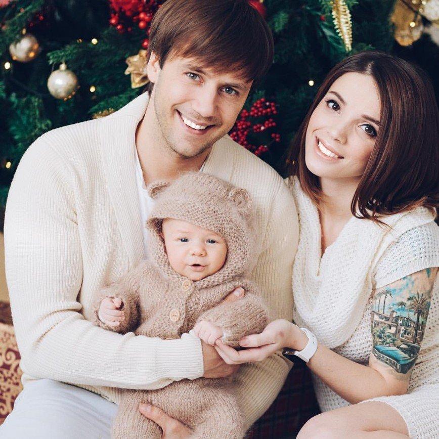 Иван Жидков признался, что очень скучает по семье во время гастролей