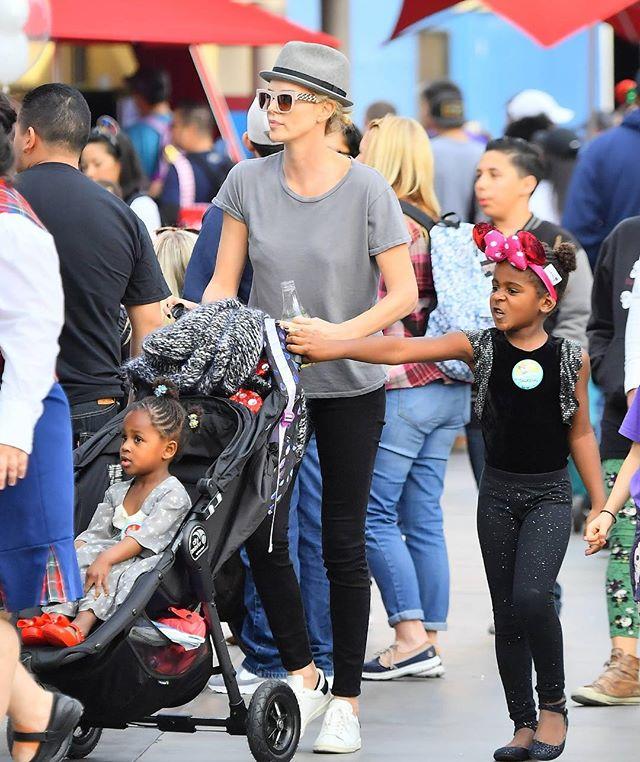 «Опять он в женском»: Шарлиз Терон прогулялась с приемными детьми