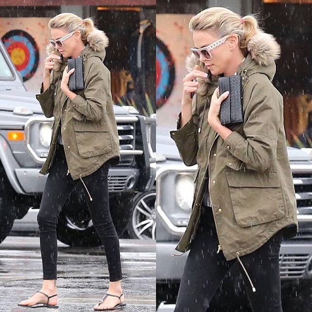 Шарлиз Терон удивила поклонников прогулкой в открытой обуви в непогоду