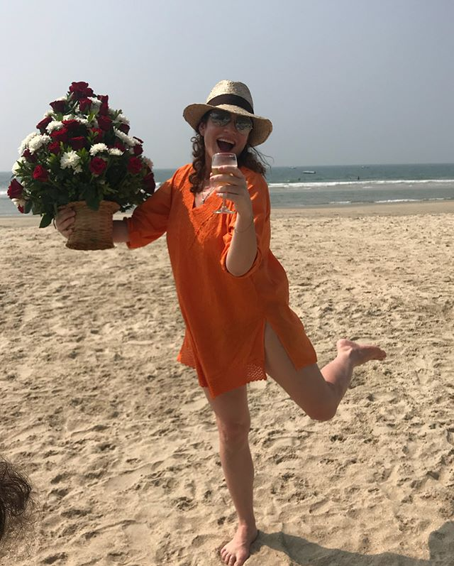 Алена Хмельницкая в бикини показала растяжку на общественном пляже
