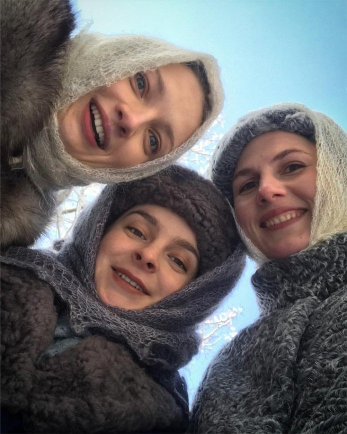 «Русская душа»: Екатерина Вилкова продемонстрировала, как носить пуховый платок