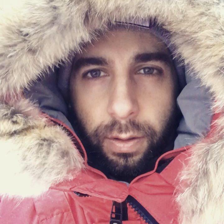 Иван Ургант ради безопасности бабушки принялся чистить асфальт ото льда