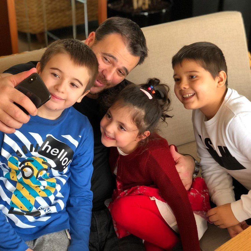 «Все уткнулись в гаджеты»: Эмин Агаларов не расстается с телефоном даже во время игры с дочкой