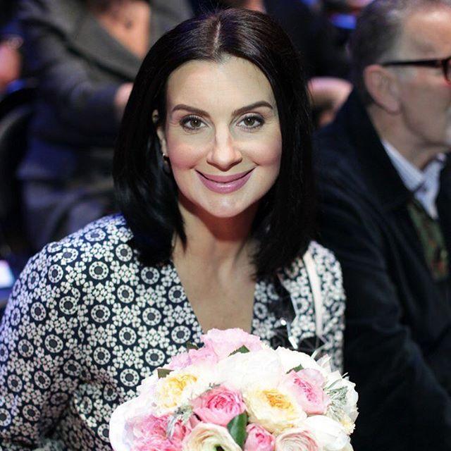 Екатерина Стриженова появилась в элегантном костюме на бродвейской комедии