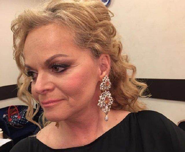 «Стареть надо достойно»: Лариса Долина продемонстрировала грудь в экстремальном декольте