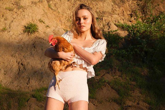 """""""Аппетитные цыпочки"""": Лили-Роуз Депп снялась в панталонах и с курицей"""