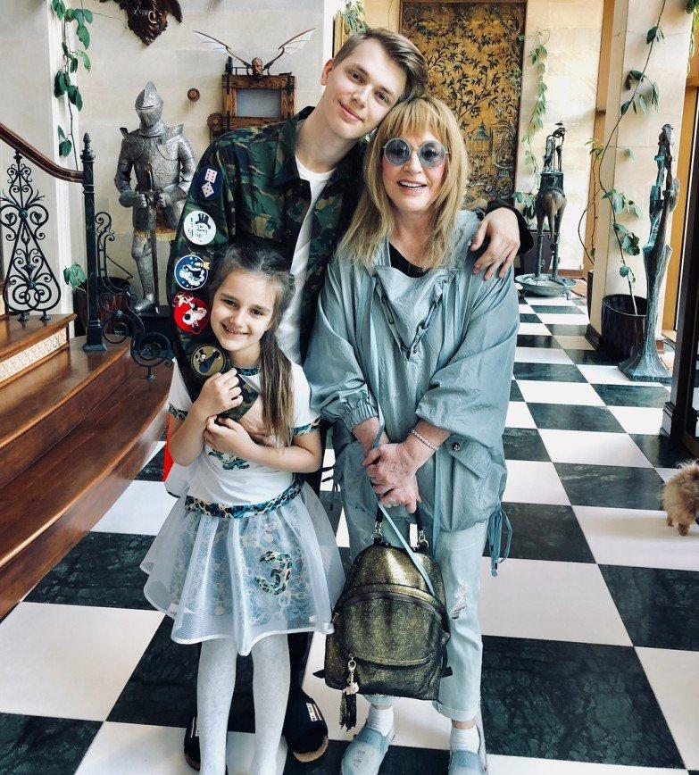 «Остановите ее кто-нибудь»: молодежные наряды Примадонны утомили фанатов