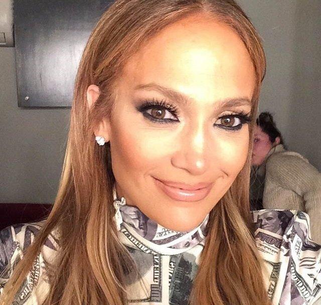 «Аж в глазах рябит»: Дженнифер Лопес удивила зрителей экстравагантным нарядом