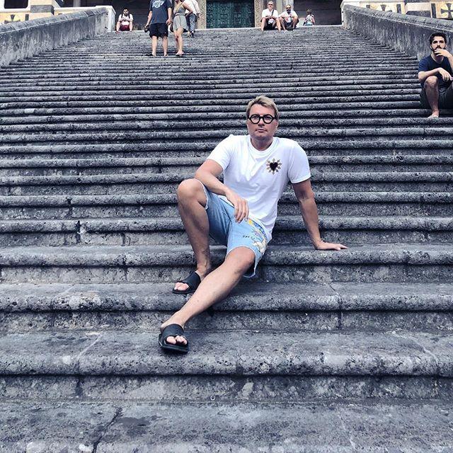 «С бритыми ногами и в трусах»: отпускное фото Николая Баскова вызвало ажиотаж