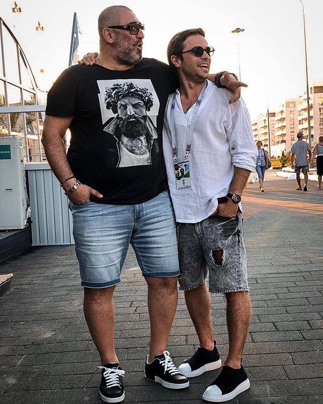 Актер Илья Глинников смутил публику дырками на шортах