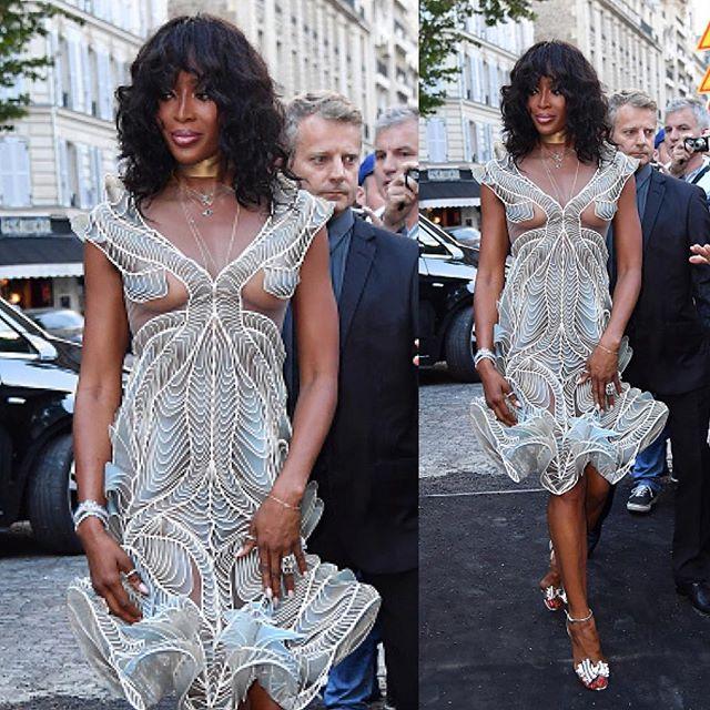 «Грудь уже не та»: Наоми Кэмпбелл удивила «голым» платьем