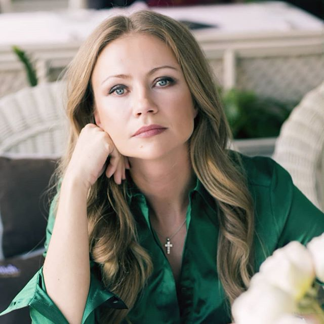 «Увлеклась, ровняя»: в сети обсуждают форму бровей Марии Мироновой