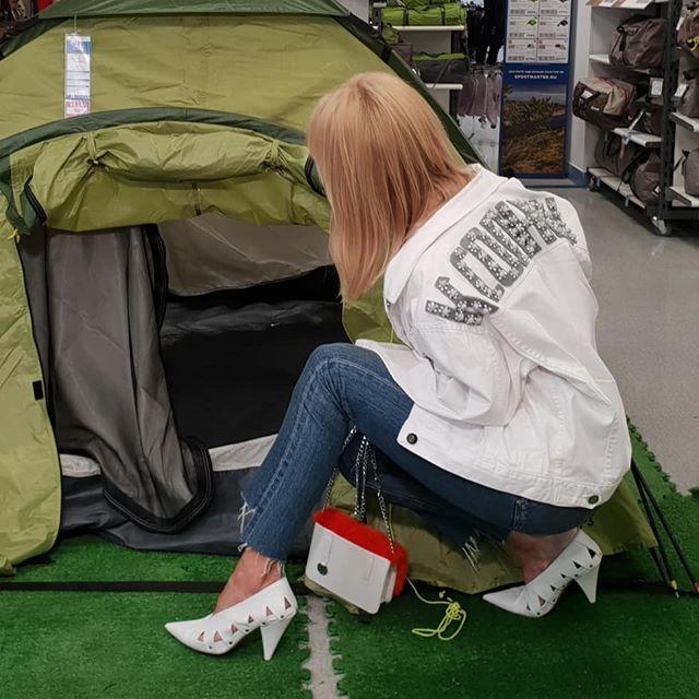 «Вам оно надо?»: певица Валерия собирается в поход с палатками