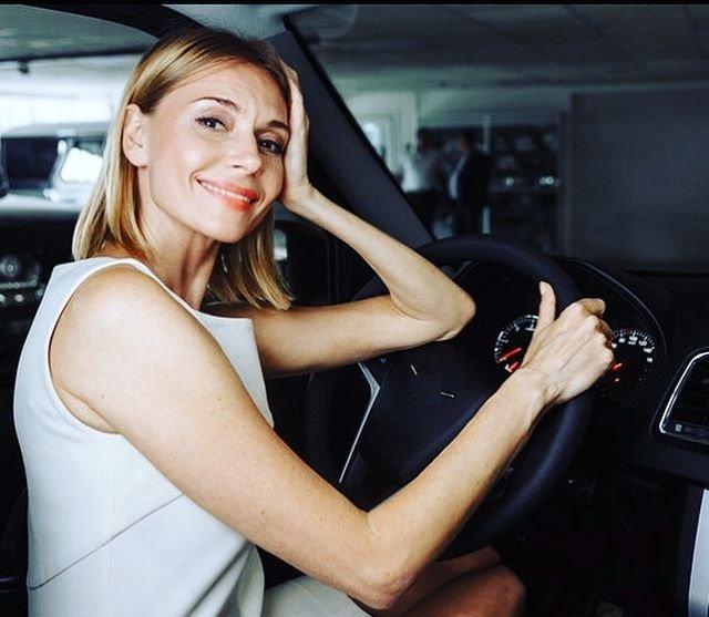 «Так трогательно»: Любовь Толкалина подарила своим родителям машину