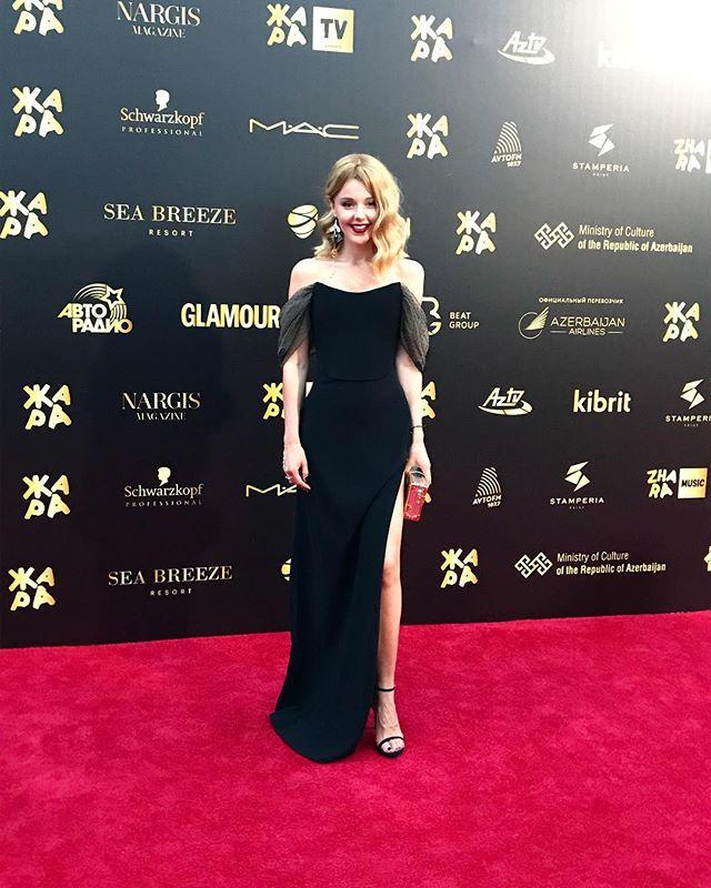 «Настоящая подруга гангстера»: Юлианна Караулова покорила обывателей своим стилем