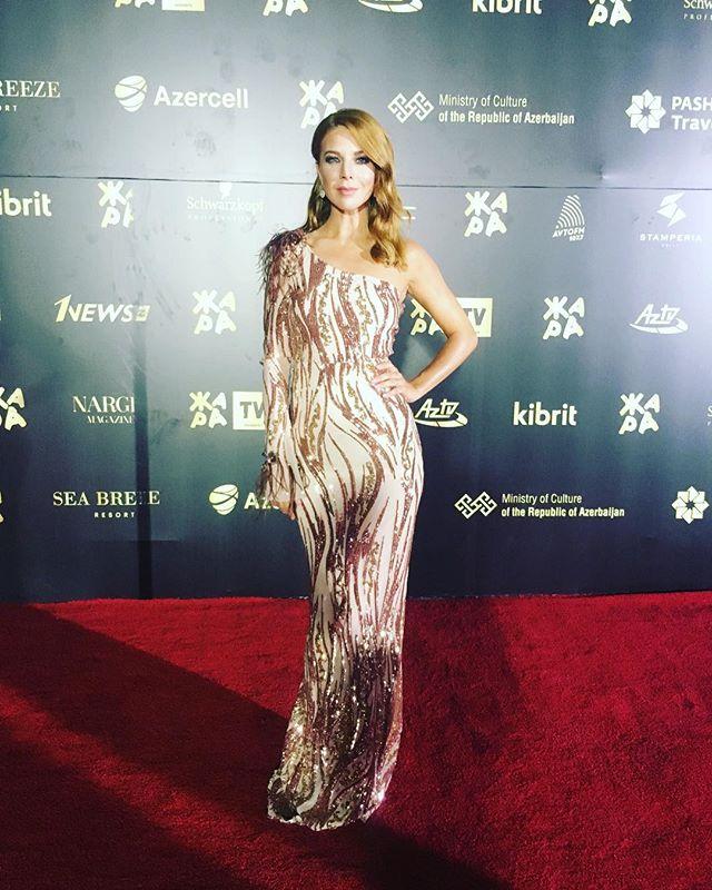 «Напоминает чешуйки»: Наталью Подольскую в сногсшибательном платье сравнили с русалкой