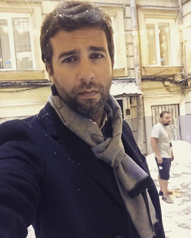 Иван Ургант щеголяет в зимнем пальто под летним солнцем