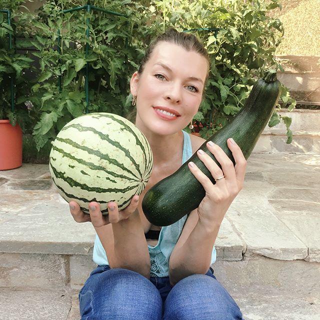 Милла Йовович выращивает арбузы в перерывах между съемками