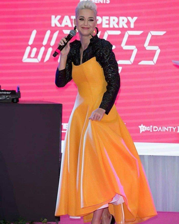 Кэти Перри снова появилась на публике в экстравагантном наряде