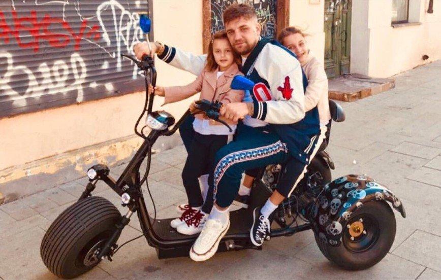 Баста поделился трогательными фотографиями с дочками