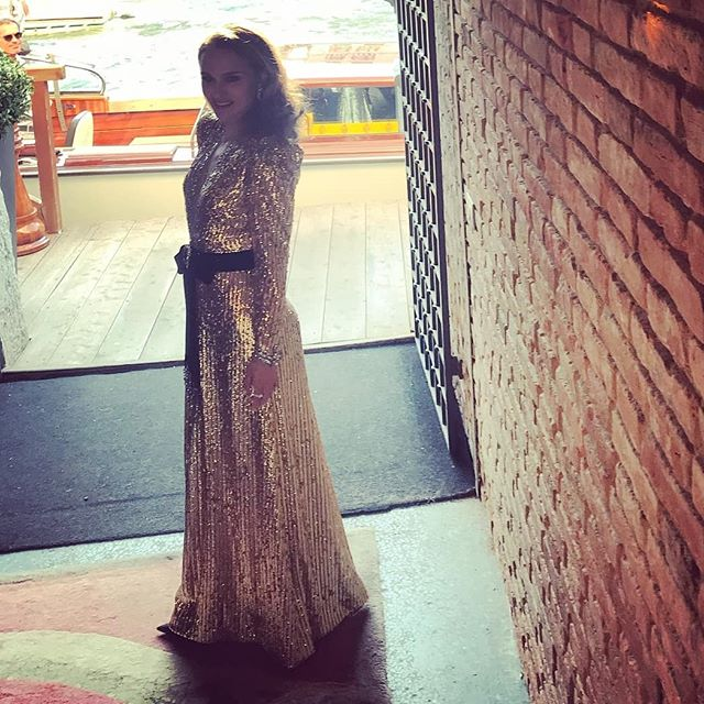Натали Портман появилась на Венецианском кинофестивале в золотом платье