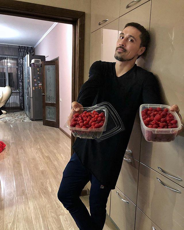 Дима Билан похвастался ягодами с огорода родителей