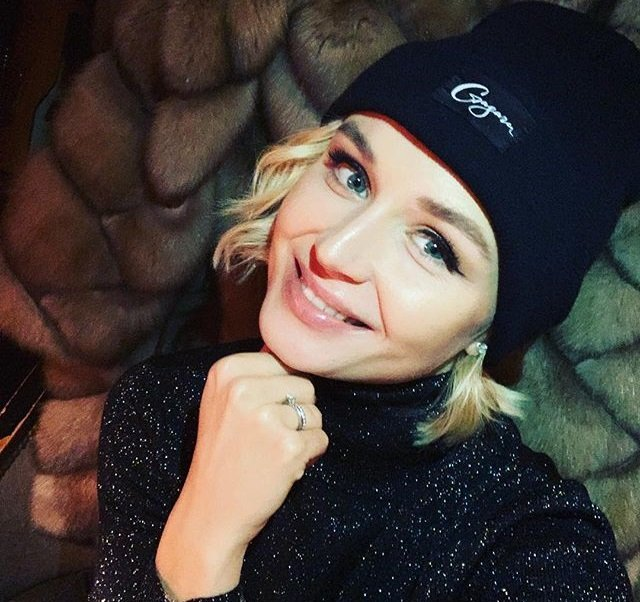 Полина Гагарина наряжала дома елку под ценные указания супруга