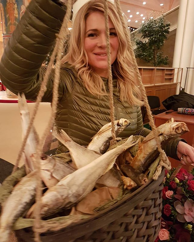 Вместо цветов: чете Макарских после концерта подарили корзину вяленой рыбы